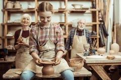 祖母和祖父有做瓦器的孙女的 免版税图库摄影