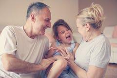 祖母和祖父有他们的孙女的 图库摄影