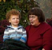 祖母唱歌 库存图片