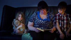 祖母在家读孙的一本书 影视素材
