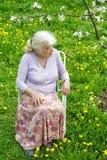 祖母在庭院里 免版税库存照片