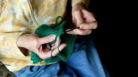 祖母手钩编编织物绿色毛线 资深妇女工作特写镜头夹子  影视素材