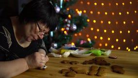 祖母盖子在假日的前夕给姜饼上釉 影视素材