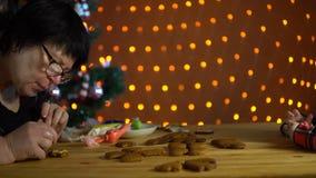 祖母盖子在假日的前夕给姜饼上釉 股票录像