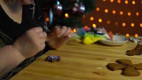 祖母盖子在假日的前夕给姜饼上釉 股票视频