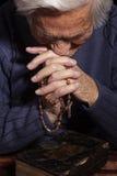 祖母祈祷 免版税图库摄影