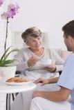 祖母谈话与照料者 免版税图库摄影