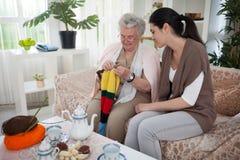 祖母` s编织的技术 免版税库存照片