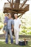 祖父、父亲和儿子大厦一起树上小屋 免版税图库摄影
