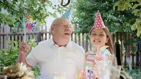 祖父和孙女一起庆祝 影视素材