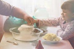 祖父和孙女被过滤的面粉 免版税库存照片