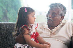 祖父和孙女通信 库存图片