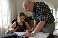 祖父和孙女,私有数学辅导 库存图片