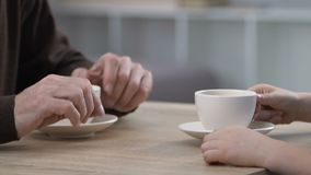 祖父和孩子谈话和饮用的茶,一起花费时间,通信 影视素材