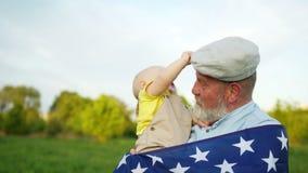 祖父和小孙子庆祝美国美国独立日 孩子从他的祖父去除他的盖帽 人有  股票视频