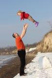 祖父在天空中的投掷他的granddauther 免版税图库摄影