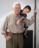 祖父孙子摆在 免版税库存照片