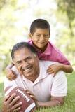 祖父孙子讲西班牙语的美国人公园 图库摄影