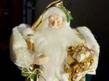祖父弗罗斯特圣诞老人,圣尼古拉斯,与礼物的Joulupukki在黑背景 免版税库存照片
