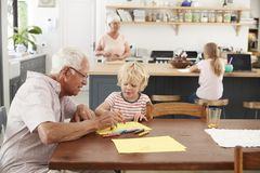 祖父母和孙在家庭厨房,关闭里 免版税库存图片