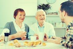 祖父母和孙子早餐 免版税库存照片