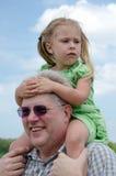 祖父肩膀的担心的女孩 免版税库存照片