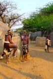 祖鲁族人战士在Shakaland祖鲁族人村庄,南非 免版税库存图片