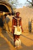 祖鲁族人战士在Shakaland祖鲁族人村庄,南非 库存照片