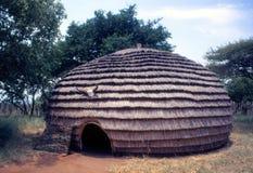 祖鲁族人蜂箱小屋在Mkhuze比赛储备文化区域 库存图片