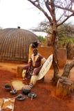 祖鲁族人院长在Shakaland祖鲁族人村庄,南非 免版税库存照片