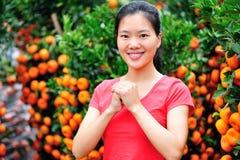祝愿愉快的春节的亚裔妇女 免版税库存图片
