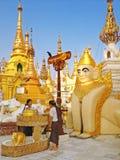 祝福的佛教沐浴的菩萨雕象在Shwedagon塔 图库摄影