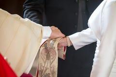 给祝福的教士夫妇在婚礼 免版税库存照片