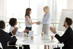祝贺与succ的女实业家握手女性雇员 免版税库存图片
