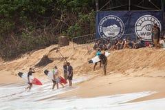 祝贺冲浪者日落海滩夏威夷 免版税库存照片
