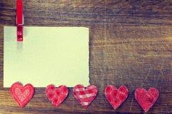 祝贺的净卡片,在土气木背景的心脏 免版税库存照片
