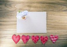 祝贺的净卡片,心脏和兰花在土气木背景开花 免版税库存照片