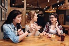 祝贺他们的最好的朋友的两个女孩 免版税库存图片