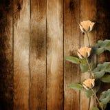 祝贺的葡萄酒明信片与在woode的桃红色玫瑰 库存照片