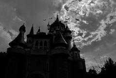 神仙的城堡在与棒的晚上在它附近 库存照片