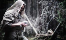神仙的魔术师 有玻璃球形的,一个魔法咒语一位巫师 库存图片