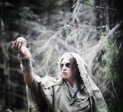 神仙的魔术师 有玻璃球形的,一个魔法咒语一位巫师 图库摄影