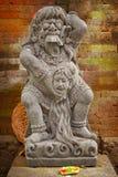 神儿童吃Rangda的葡萄酒雕象 巴厘岛印度尼西亚 免版税库存照片