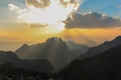 神光对与最佳的天空和云彩的山 免版税图库摄影