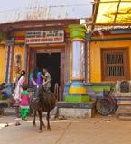 神圣的动物在一个入口的一头母牛对在Gokarna的小寺庙2014年1月31日在卡纳塔克邦,印度。 免版税库存照片