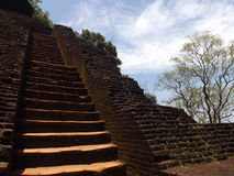 神圣的寺庙,对天堂,古老废墟,蓝天,石头的楼梯 免版税库存图片