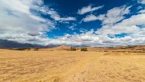 神圣的谷的膨胀的看法,从Pisac印加人站点,主要旅行目的地在库斯科地区,秘鲁的秘鲁 严重的天空 免版税库存照片