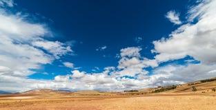 神圣的谷的膨胀的看法,从Pisac印加人站点,主要旅行目的地在库斯科地区,秘鲁的秘鲁 严重的天空 免版税图库摄影