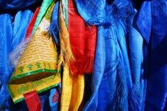 神圣的hadags或khadags蓝色丝绸围巾和祷告旗子特写镜头,蒙古 图库摄影