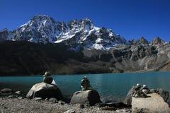 神圣gokyo的湖 免版税库存照片